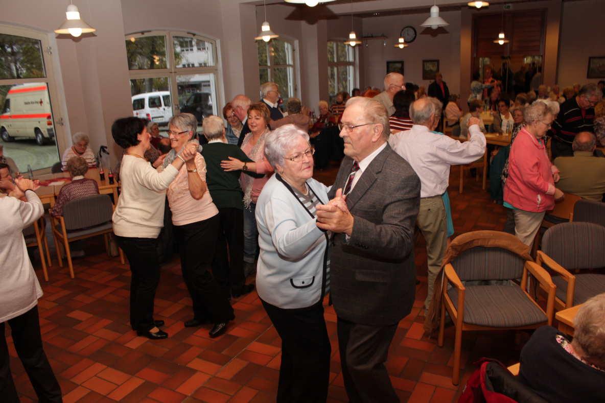 Einladung zum senioren tanz caf in westerburg for Westerburg kuchen