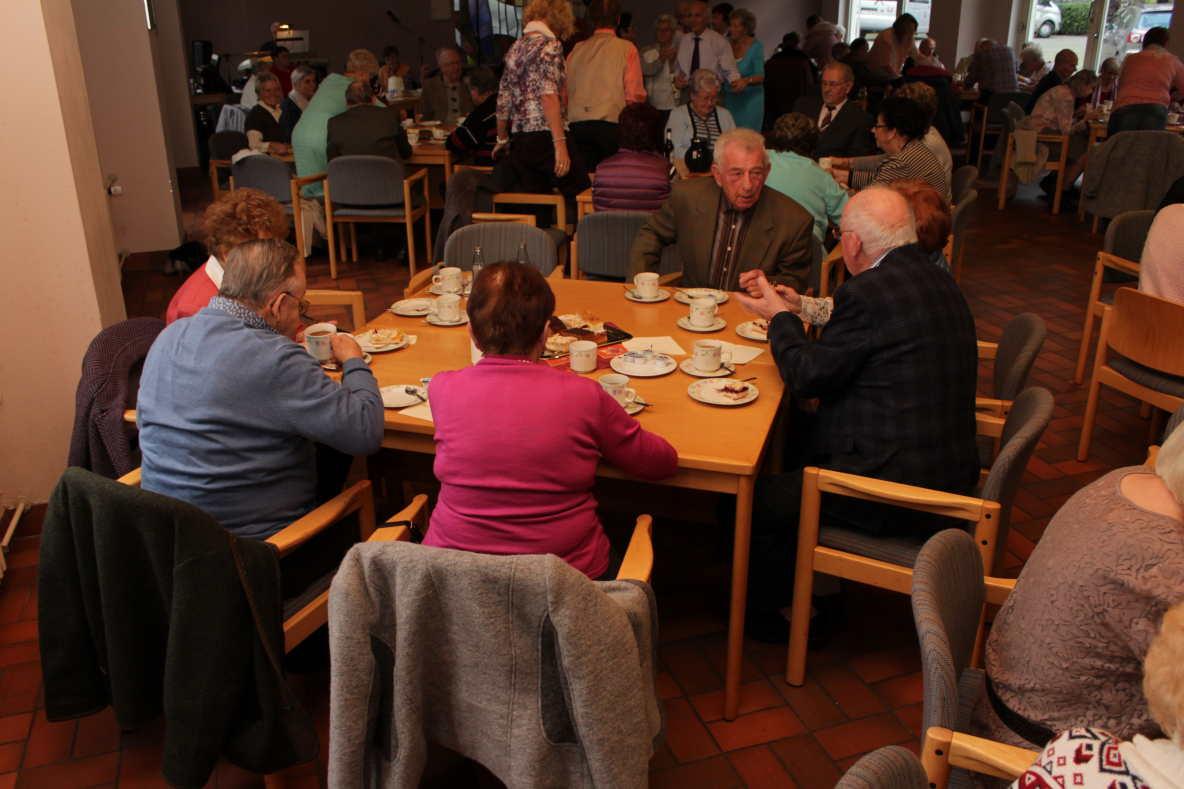 Viele senioren zogs zum senioren tanz caf in westerburg for Westerburg kuchen